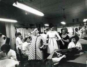 Jole Veneziani nel suo atelier tra modelle e sarte