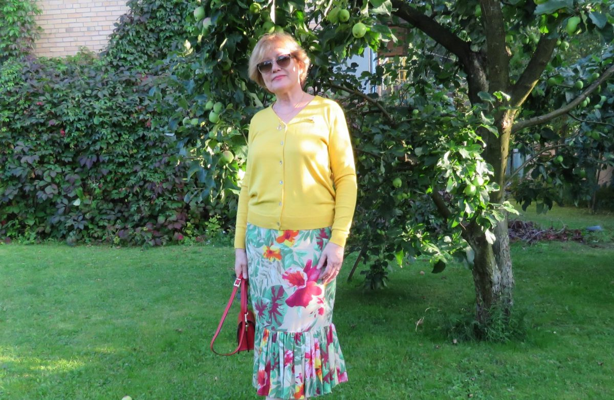 Кардиган цвета шафрана и юбка с оборкой