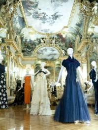 Vestido azul de Amaya Arzuaga y blanco de Josep Font / Fotografía: Arantxa Boyero