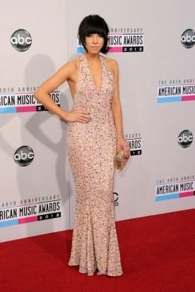 Carly Rae Jepsen con un precioso vestido en rosa pálido y brillos