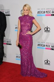 Carrie Underwood apostó por el largo y el púrpura