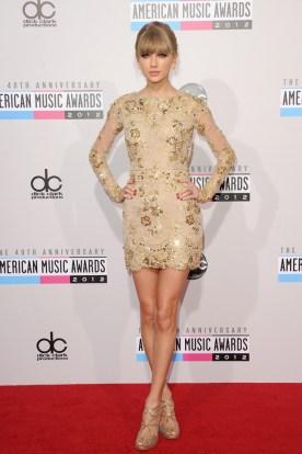 Taylor Swift nos tiene acostumbradas a estar impecable allá donde va. En los AMA eligió el nude con este minivestido.