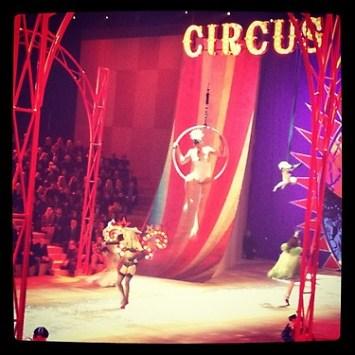 Inspiración circense en el desfile | Fuente: Twitter @laurenlevinson