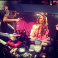 Karlie Kloss en maquillaje | Fuente: Twitter @VictoriasSecret