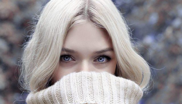 O envelhecimento pode ser percebido principalmente ao redor dos olhos, chamados de