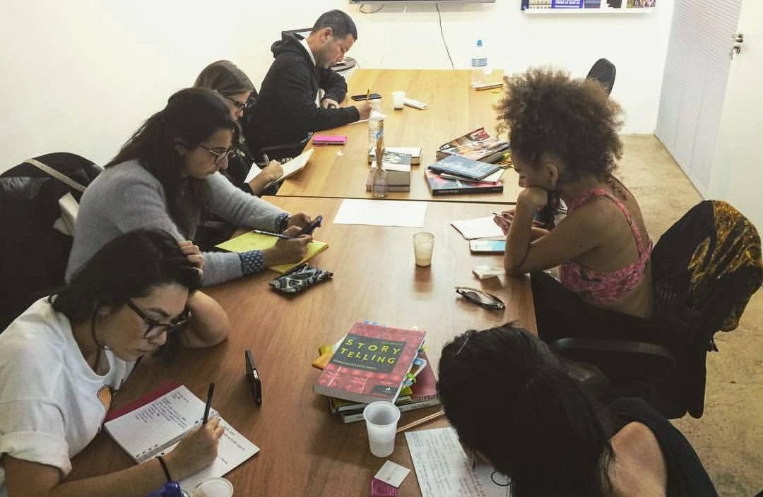 Mão na massa: Turma concentrada desenvolvendo atividade prática de construção de narrativa da marca - Foto: Kareen