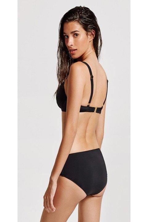 Bikini negro visto por la espalda.