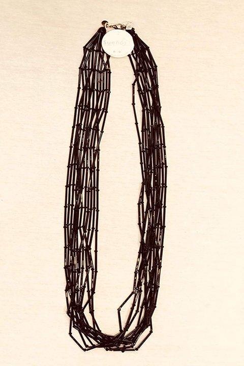 Collar de cuentas largo, color negro.