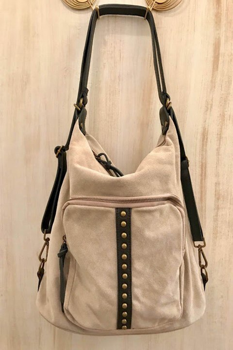 Bolso-mochila de ante con detalles y correas en cuero.