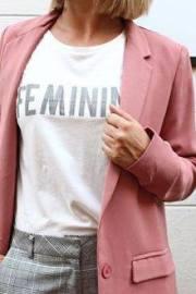 Blazer rosa con camiseta con mentsaje.