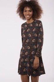 Vestido floral de manga larga en tonos vino, tierra y turquesas.