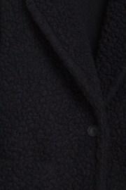 Detalle del tejido del abrigo shearling de ese O ese