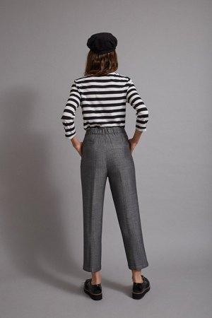 Pantalón de print espiga muy sutil con goma en la espalda.