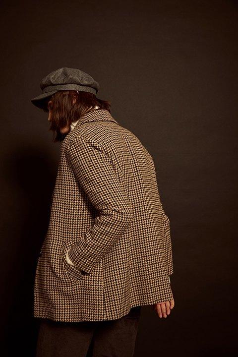 Chaqueta cuadros Camden de ese O ese, vista por la espalda. Se aprecian los bolsillos laterales y ese cierto aire british.