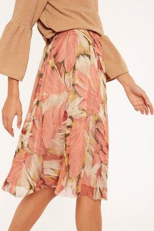 Meisie. Lateral de la falda estampada de largo midi.