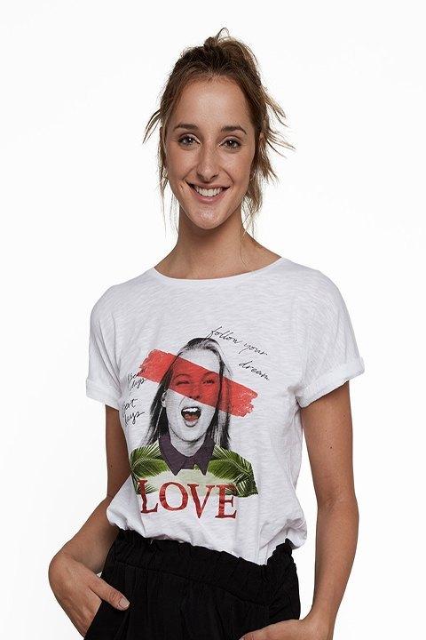 Camiseta blanca, con estampación, y mensaje.