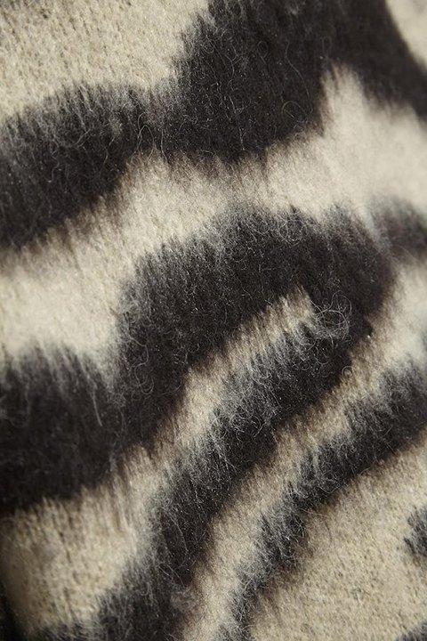 Soaked in Luxury. Detalle del estampado y del pelo que tiene el jersey Tigerlily.