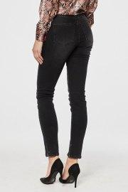 Jeans Victoria en negro lavado, visto por detrás.