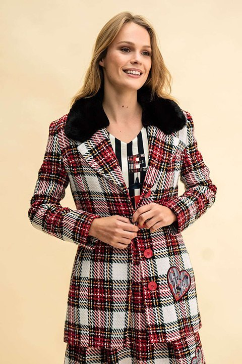 Abrigo Dolomites de cuadros en tonos crudos, rojos y negros. Cuello de pelo sintético con cierre de botones. Rosalita Mc Gee.