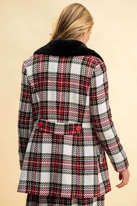 Abrigo de Rosalita Mc Gee de cuadros en tonos rojo, negro y crudo.