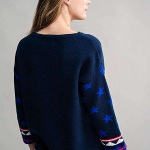 Pullover Lech de Rosalita Mc Gee. Jersey azul marino visto por la espalda.