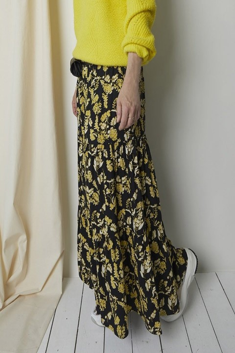 Falda larga vista con jersey amarillo.