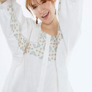Meisïe. Blusa blanca, bordada en el delantero y mangas.