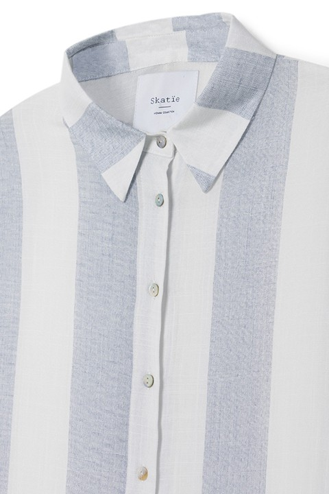 Detalle del cuello, botones, y rayas de la camisa s05b03 de esta primavera/verano.