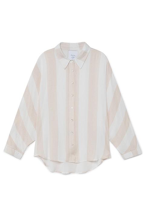 Camisa de rayas verticales en tonos arena.