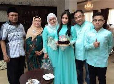 Model Baju Lebaran Keluarga Artis Warna Biru Terbaru