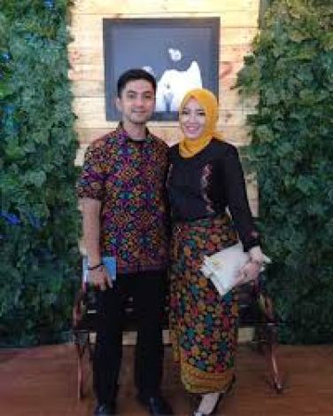 Model baju Batik Pasangan Wanita dan Pria Terbaru