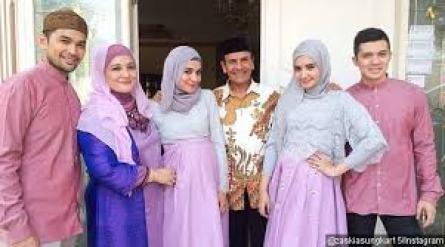 Busana Pesta Keluarga Muslim Modern