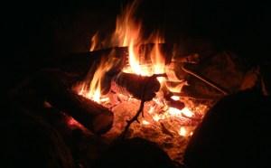 Au feu qui crépite allégrement!
