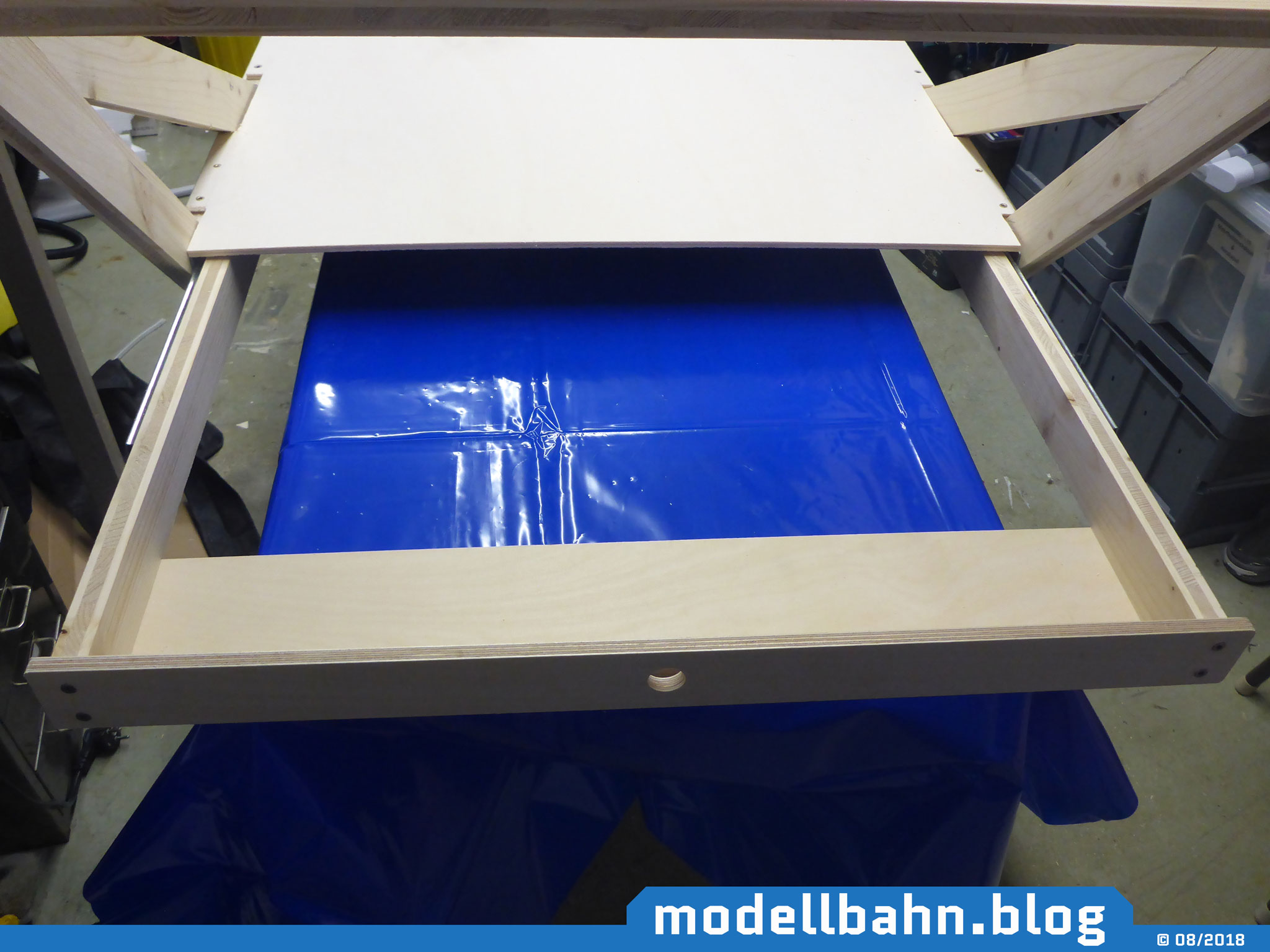 Rahmen mit ausgezogener Schublade