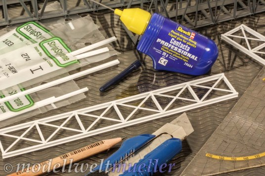 Die Hack-Brücken erhalten einen zusätzlichen Unterzug aus Polystyrolteilen von Evergreen.