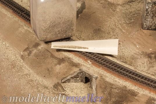 Fein gesiebter Sand wird am Seitenstreifen und im Bereich der Mauern aufgestreut.