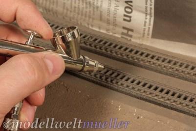 Eine Schicht schmutzgrauer Farbe mildert den Glanz der Kunststoffschwellen.