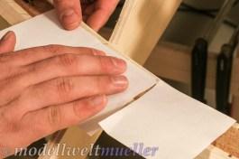 Untergelegte Papierstücke verhindern zunächst das verkleben.