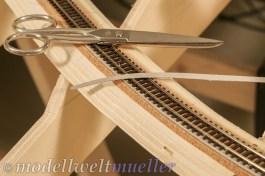 Für die Kurvenüberhöhung können dünne Kartonstreifen auf der Außenseite unter die Schwellen geschoben werden.