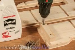 Kleine Stücke Kantholz erleichtern das Verschrauben der Seitenteile.