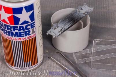 Die zugerüsteten Metallteile benötigen eine Grundierung