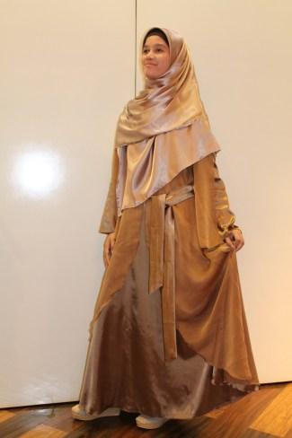 Gamis Satin dengan Pashmina, Baju Lebaran yang Lebih Berbeda