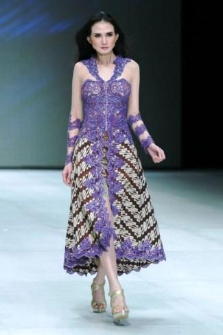 Model Baju Batik Kombinasi Brokat untuk Mengadiri Acara Pesta