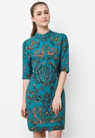 Model Dress Batik dengan Lengan Tiga Per Empat Bermotif Modern