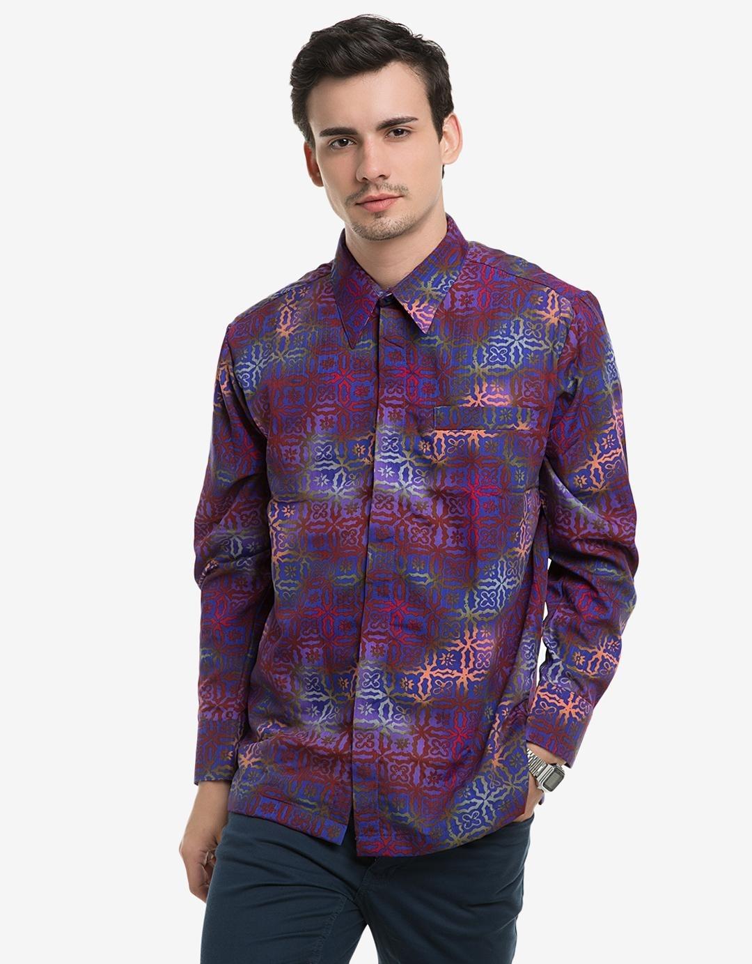 Tampil Maskulin dengan Baju Batik Lengan Panjang Bermotif Sederhana