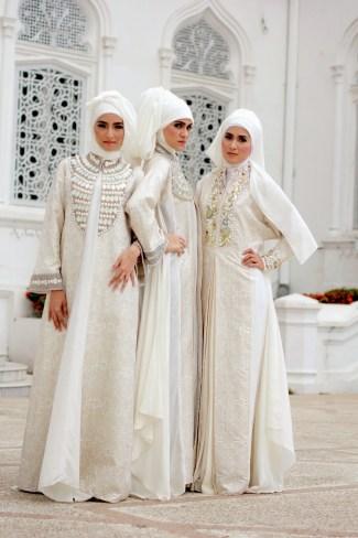 Model Baju Gamis Sifon Polos Berwarna Putih dengan Aksesoris