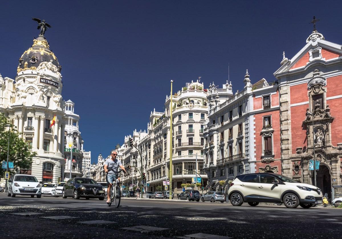Modelo Madrid. Ciclista urbano circulando en e cruce de Alcalá con Gran Vía