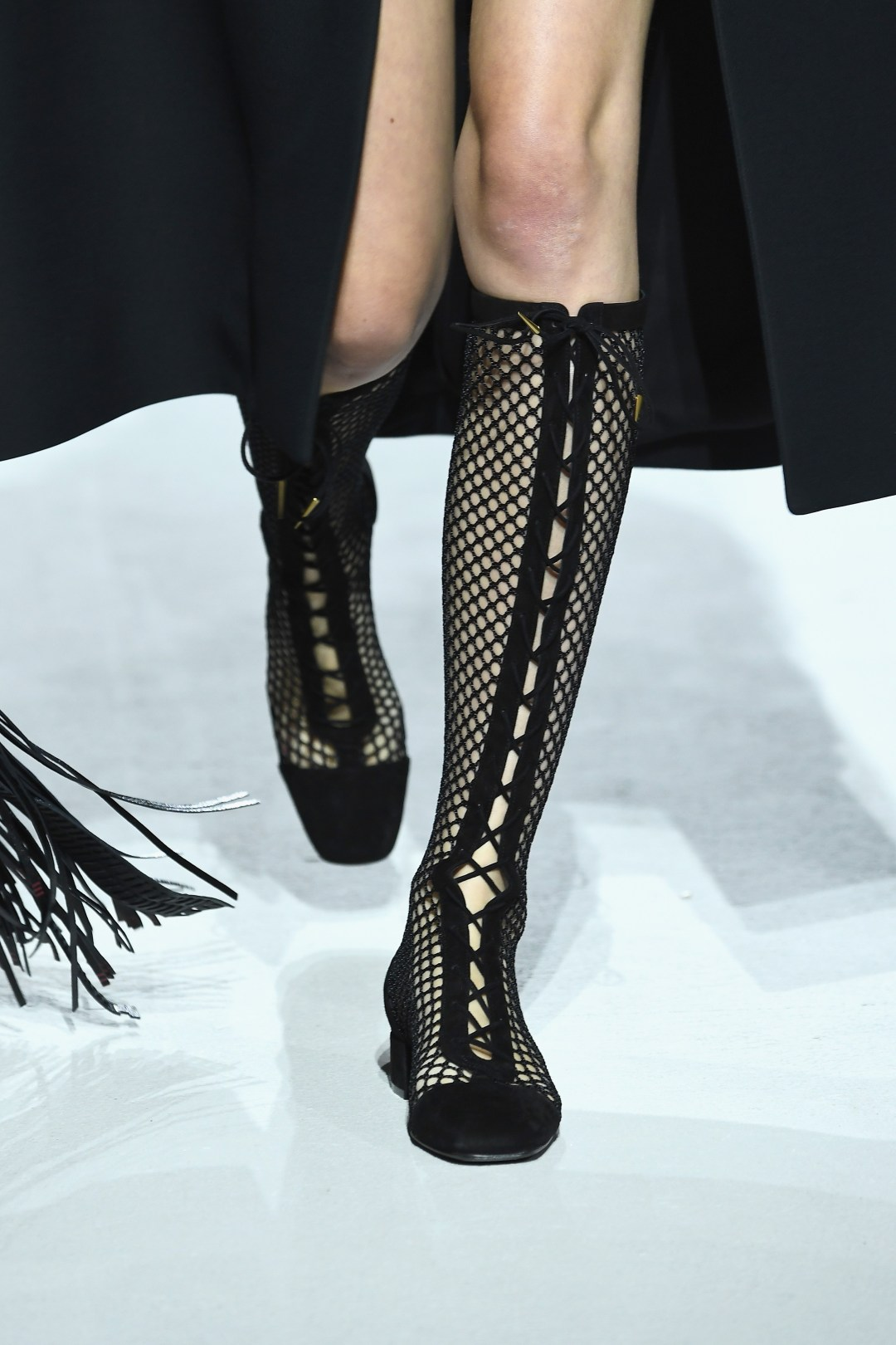 PARIS, FRANCE - SEPTEMBER 26: A model, shoe detail, walks the runway during the Christian Dior show as part of the Paris Fashion Week Womenswear Spring/Summer 2018 on September 26, 2017 in Paris, France. (Photo by Pascal Le Segretain/Getty Images) (Foto: Getty Images)