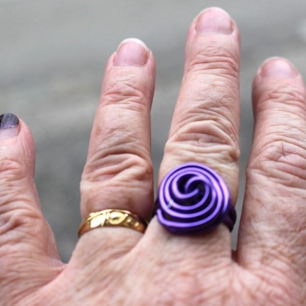 Bague offerte avec la veste féérique noire et violette