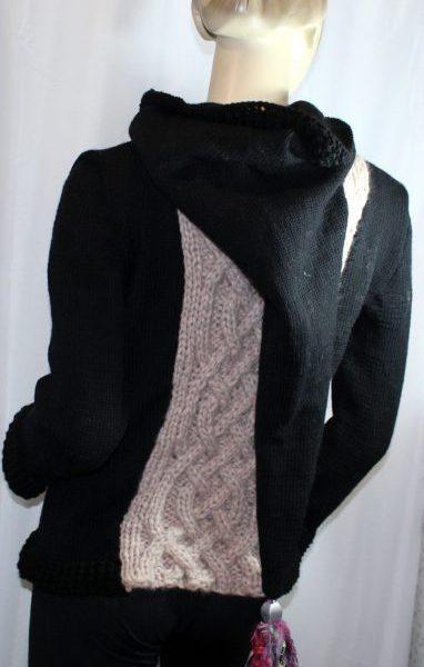 Veste féérique noire et rose pâle: vue de dos avec capuche baissée
